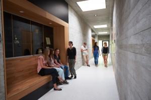 Studierende der Berufsakademie Breitenbrunn im Flur des Gebäudes