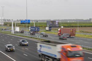 """An der starkfrequentierten niederländischen Autobahn zum Flughafen Amsterdam-Schipol steht es und lädt zu einem Besuch von Dresden Elbland ein: Johannes Vermeers """"Brieflesendes Mädchen am offenen Fenster""""."""